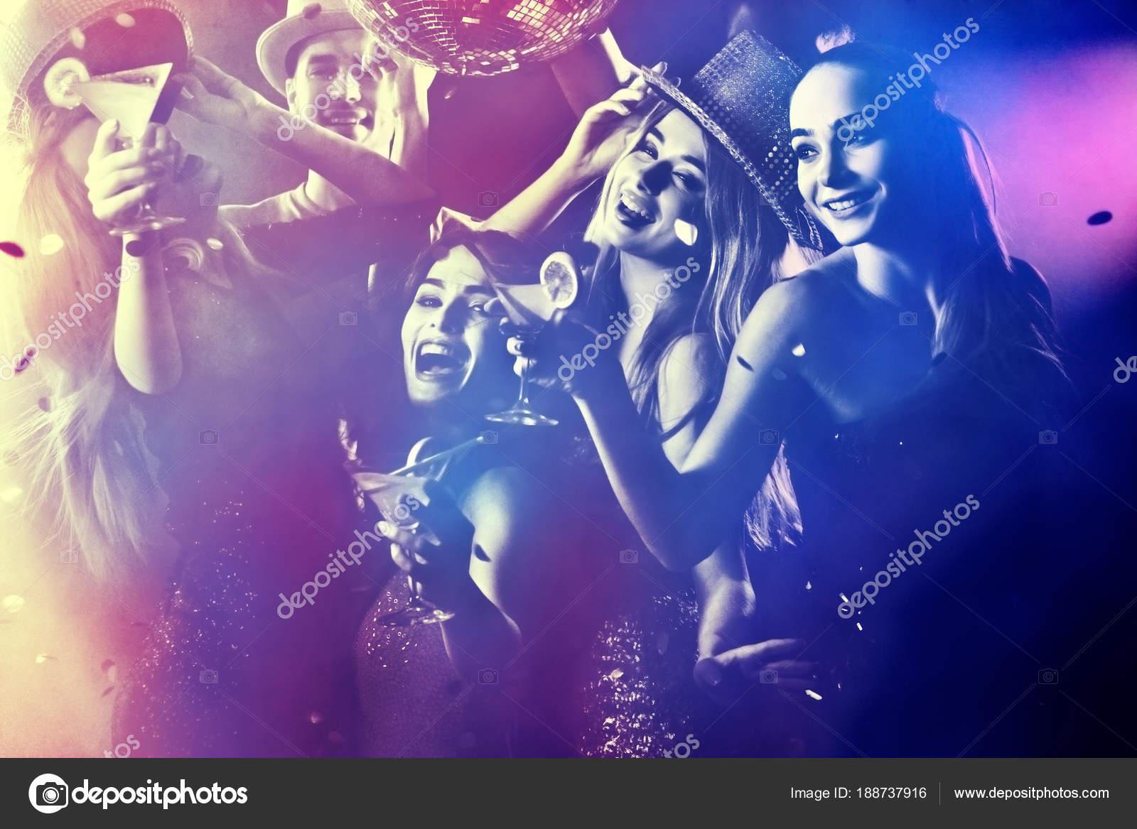 Danza fiesta con gente del grupo de baile y cóctel — Fotos de Stock ...