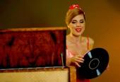Fényképek Retro zene bakelit nő. Lány pin-up stílus visel piros ruha