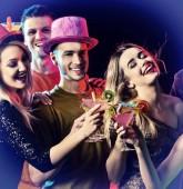 Fotografie Dance-Party mit Gruppe Leute, die tanzen und cocktail
