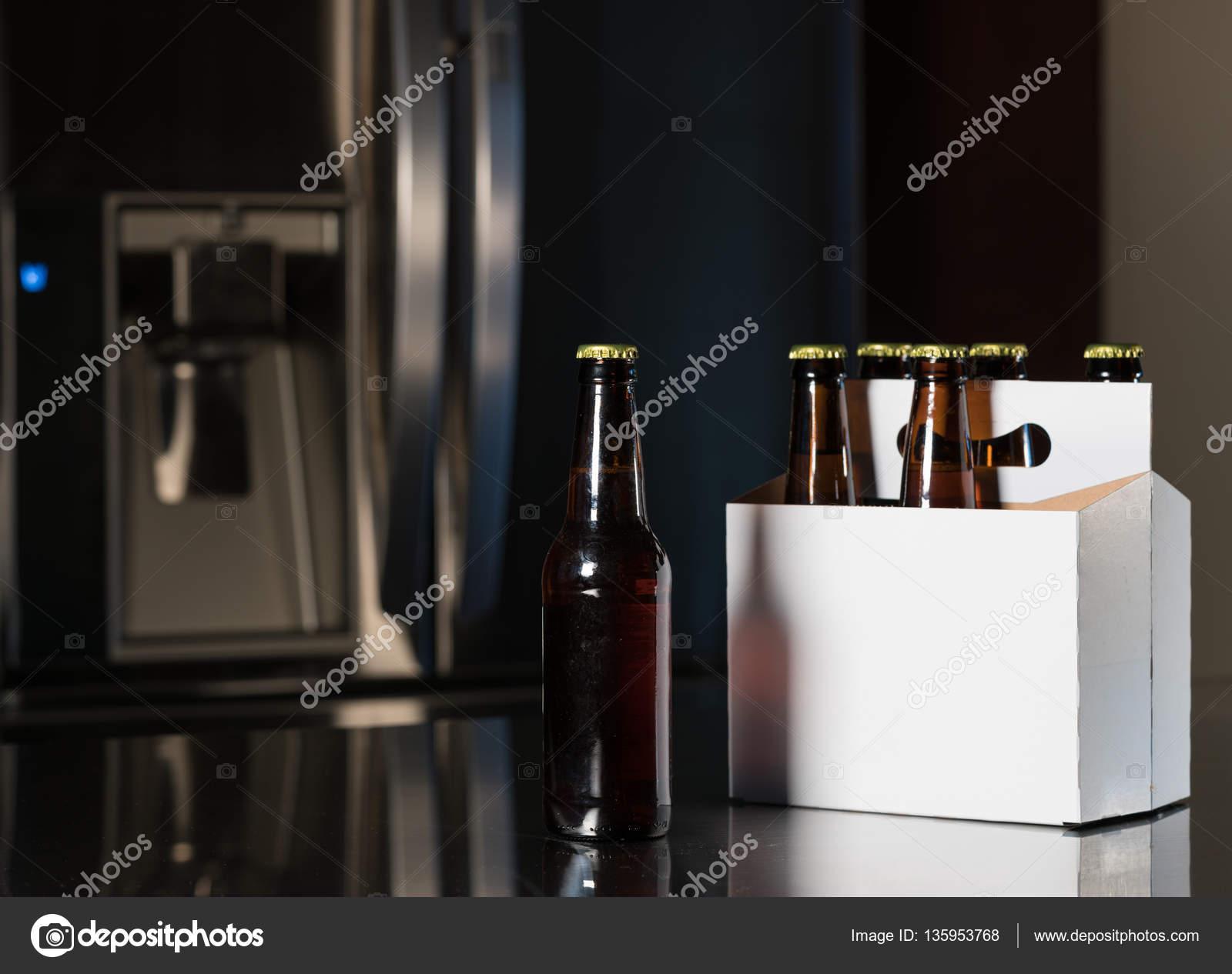 Paquete de seis botellas de cerveza marrón en el mostrador de la ...