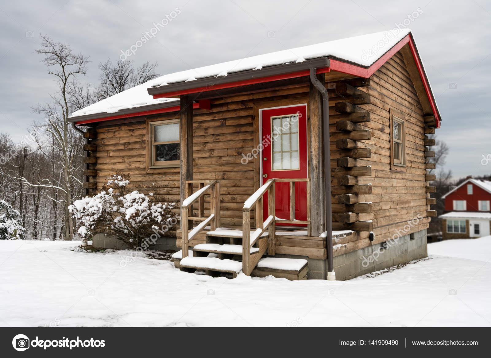 piccolo monolocale baita nella neve in inverno foto