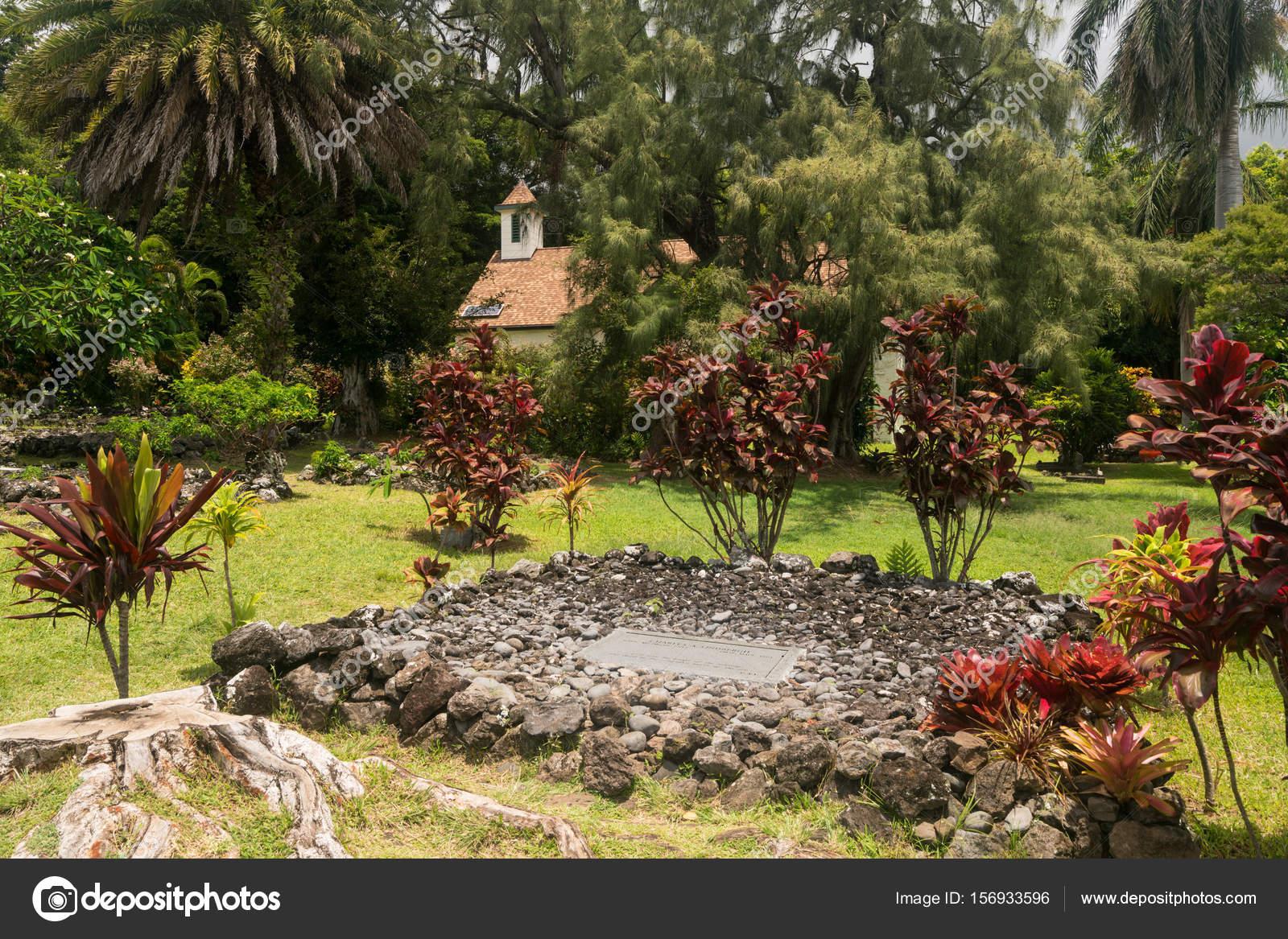 Grave of aviator Charles Lindbergh near Hana in Maui — Stock Photo ...