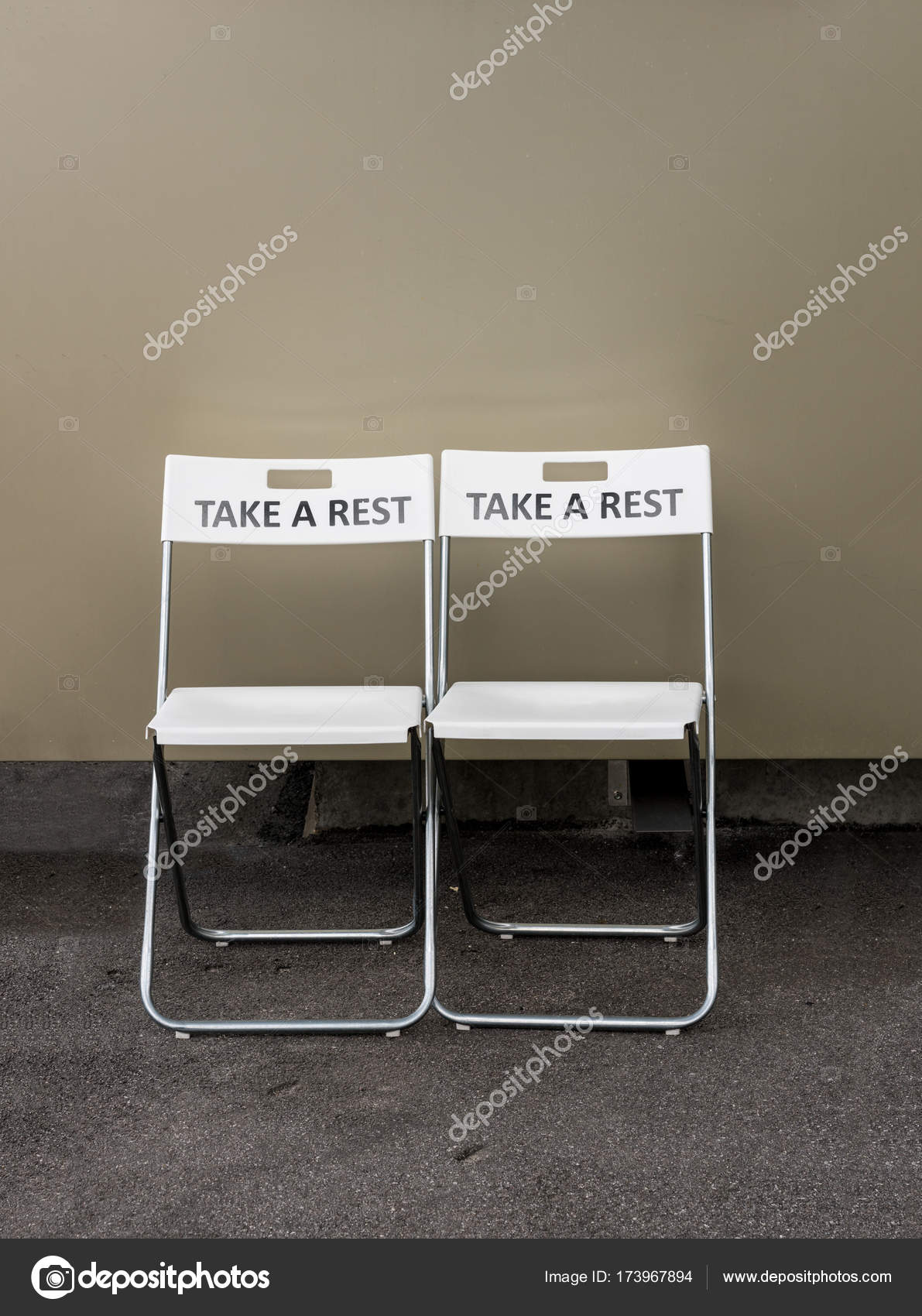 Sedie Di Plastica Pieghevoli.Due Sedie Di Plastica Pieghevole Con Invito A Riposo Foto Stock