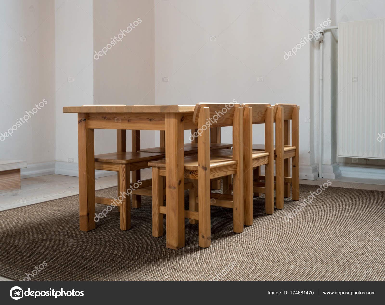 Eettafel Met Zes Stoelen Te Koop.Kind Formaat Tafel En Zes Stoelen In De Klas Stockfoto C Steveheap