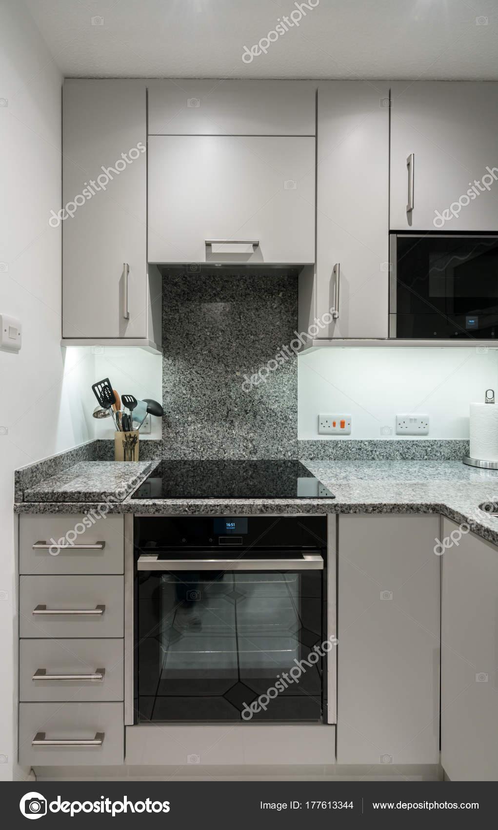 Kleine Moderne Kuche Im Apartment Mit Granit Arbeitsplatte