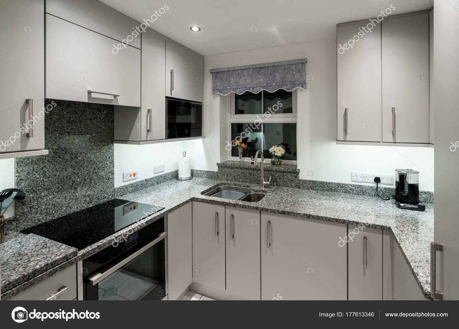 Cozinha Moderna Pequena No Apartamento Com Bancada De Granito
