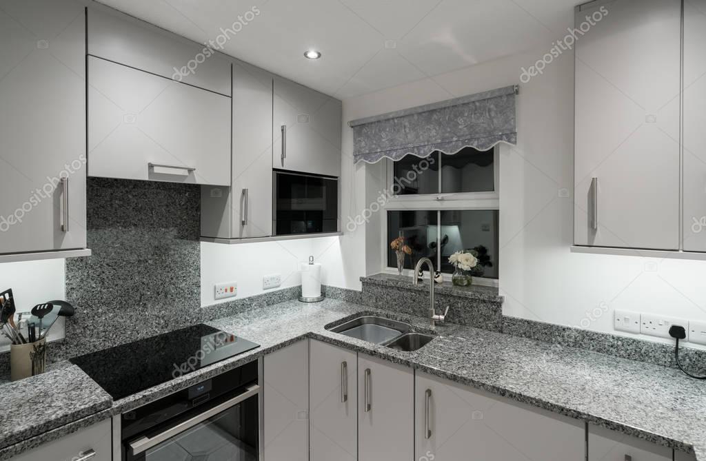kleine moderne k che im apartment mit granit arbeitsplatte stockfoto steveheap 177613472. Black Bedroom Furniture Sets. Home Design Ideas