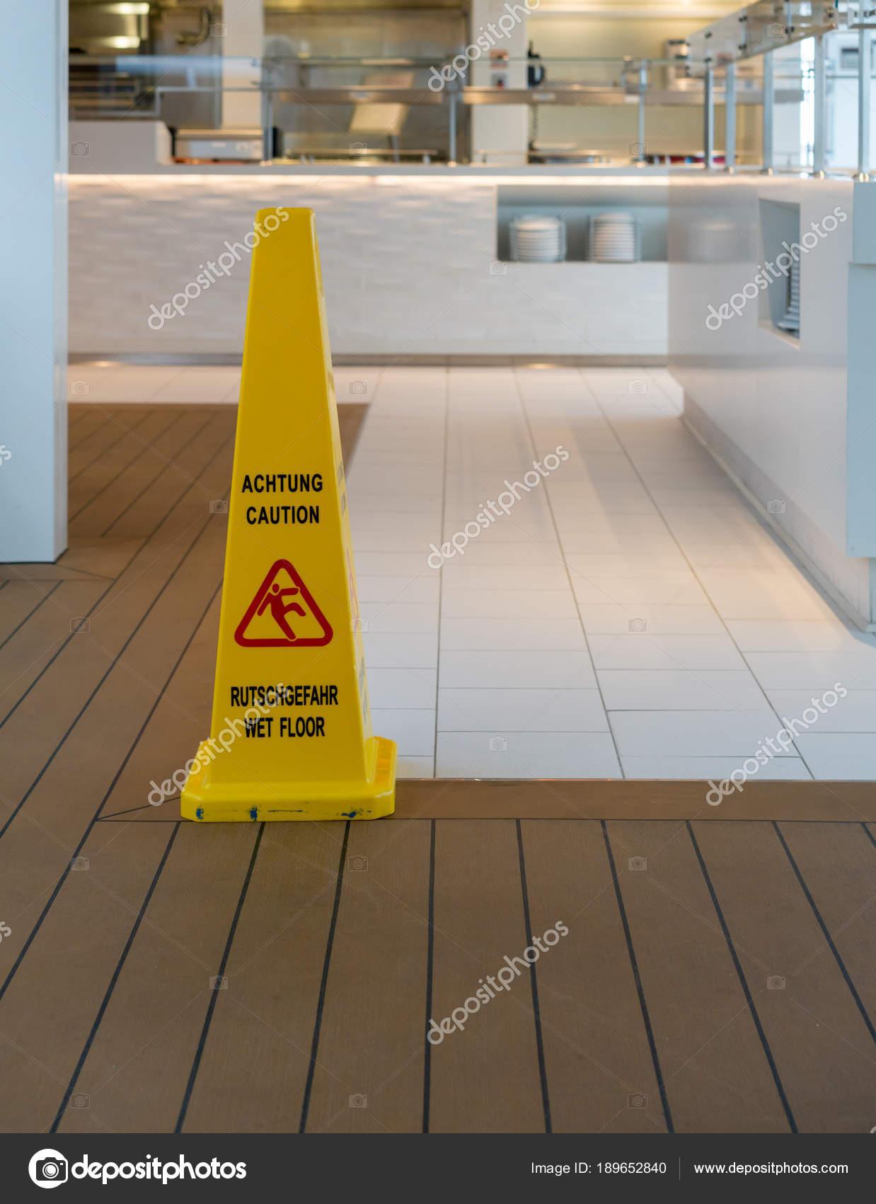 Gelbe Warnung Kegel Fur Nassen Boden In Englisch Und Deutsch