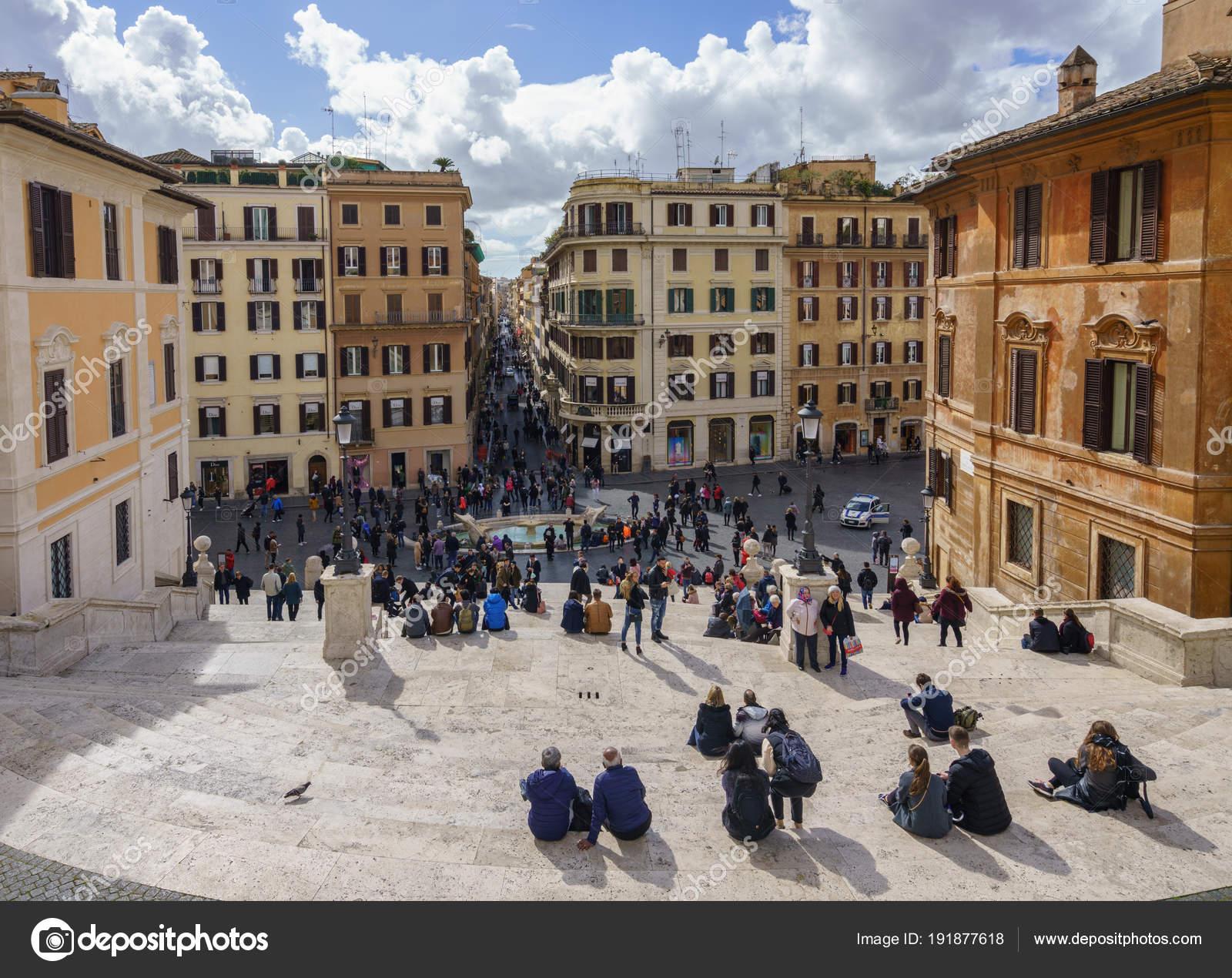 Os turistas embalar a Praça pela escadaria de Espanha — Fotografia ... 3020ce5808cfd