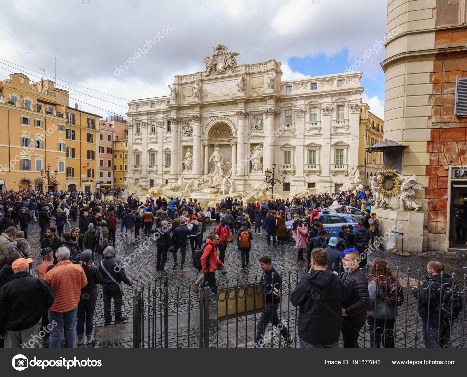 Os turistas embalar a Praça pela Fontana di Trevi — Fotografia de ... eac48b324cb8d