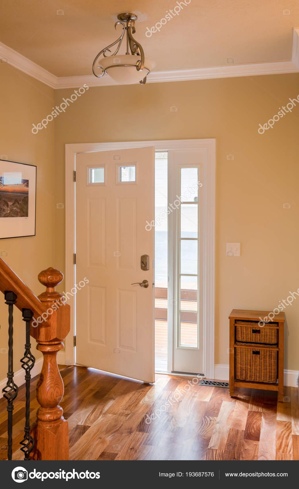 Haustür und Halle mit Holzboden — Stockfoto © steveheap #193687576