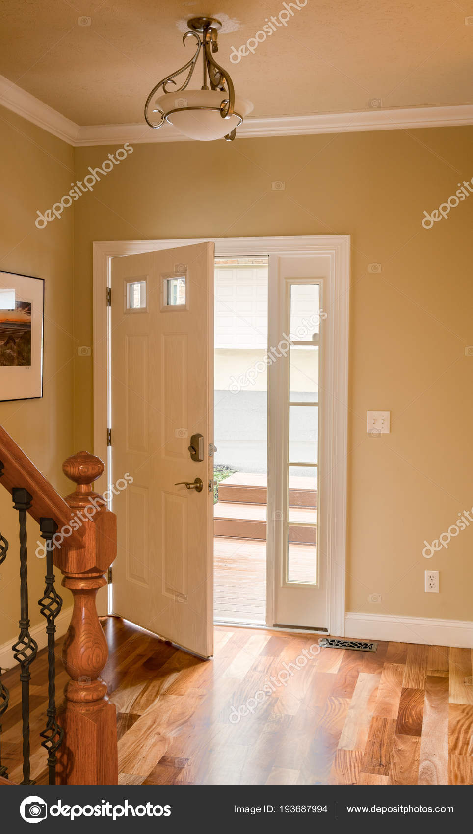 Entrada piso madera puerta de entrada y pasillo con piso de madera foto de stock steveheap - Aislar puerta entrada piso ...