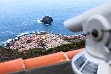 """Картина, постер, плакат, фотообои """"вид с телескопа на побережье города гарачико. роке-де-гарачико - небольшой остров в атлантическом океане недалеко от берега. тенерифе, канарские острова, испания постеры"""", артикул 365442940"""