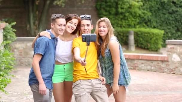 Gruppo di adolescenti che catturano un selfie al parco