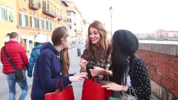 Glückliche Frauen mit Einkaufstüten in der Stadt