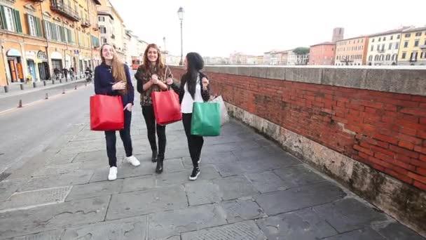 Šťastné ženy s nákupní tašky ve městě