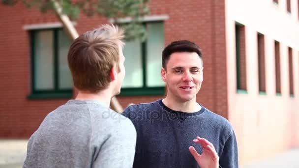 Két férfi beszél, és együtt nevetünk