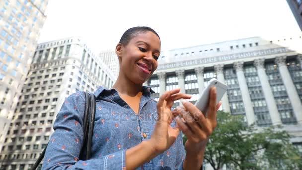 Schwarze Frau tippt am Telefon, Zeitlupe