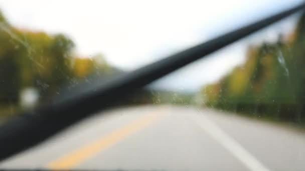 Kapky deště na čelní sklo při jízdě na dálnici