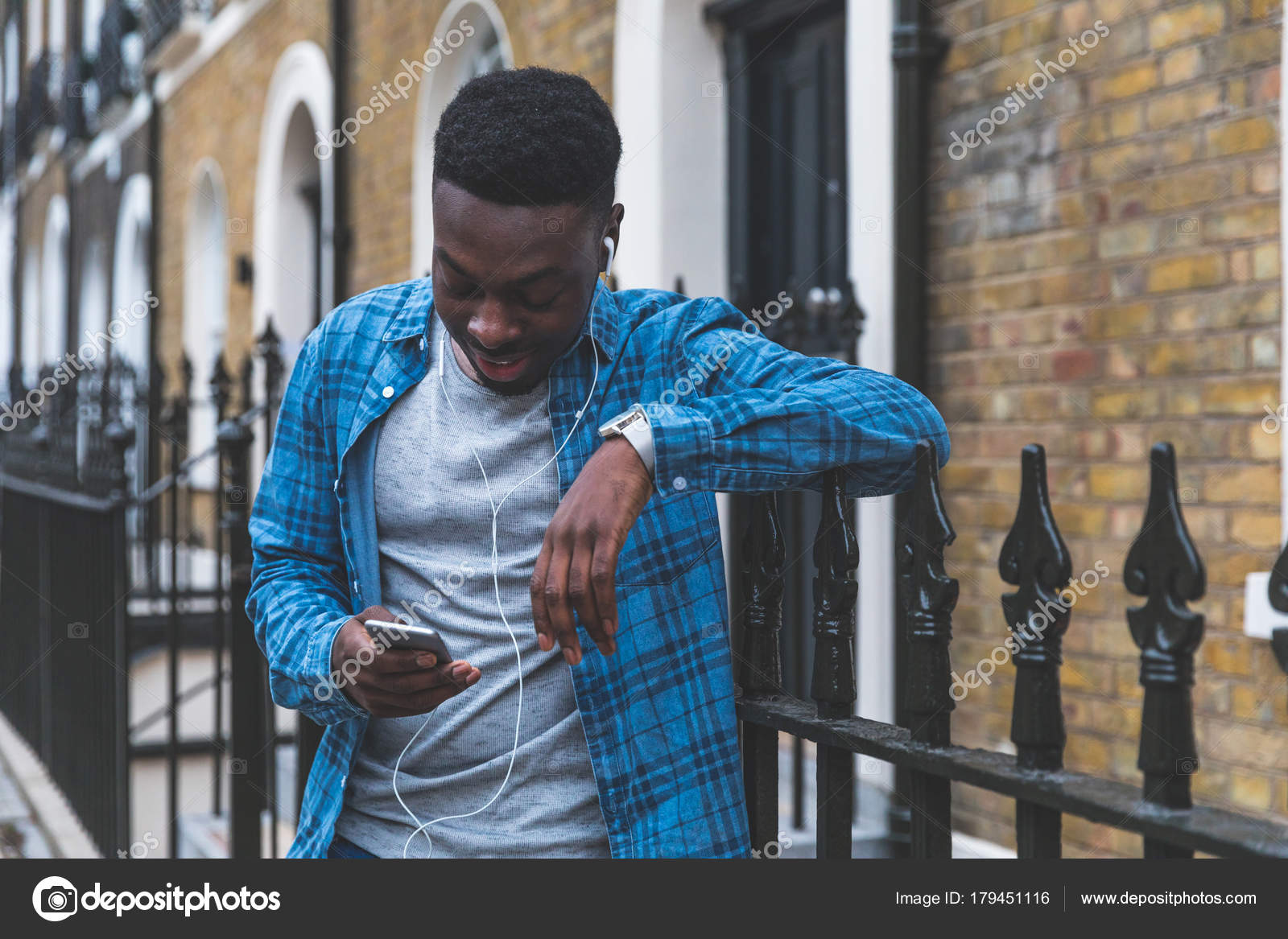 Black man listening music with phone in London — Stock Photo