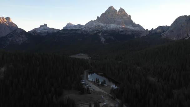 Dolomity a alpské jezero při východu slunce