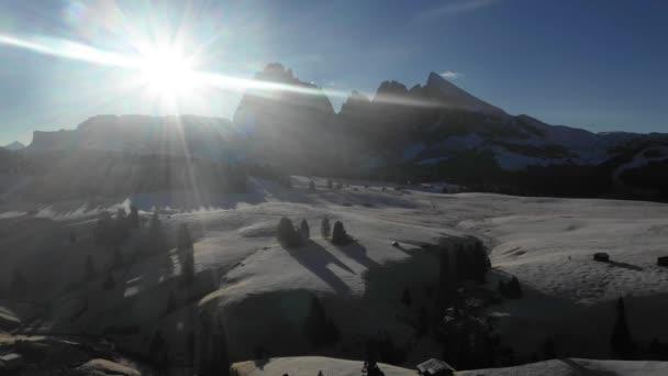 Luftaufnahme von Bergen mit Schnee bei Sonnenaufgang - Hintergrundbeleuchtung Panorama-Video von