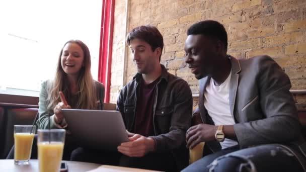 Boldog barátok dolgozik együtt egy laptop a szünet, lassított felvétel