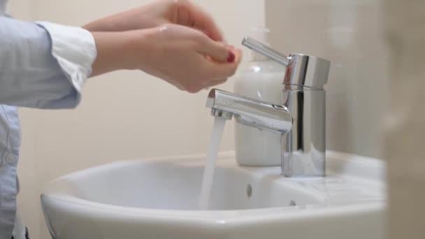 Nő kezet mos szappannal, hogy megvédje a vírustól