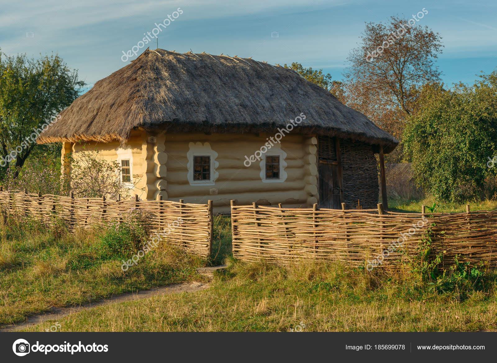 Altes Landhaus Mit Flechtwerk Zaun Im Dorf Stockfoto C Zhugin