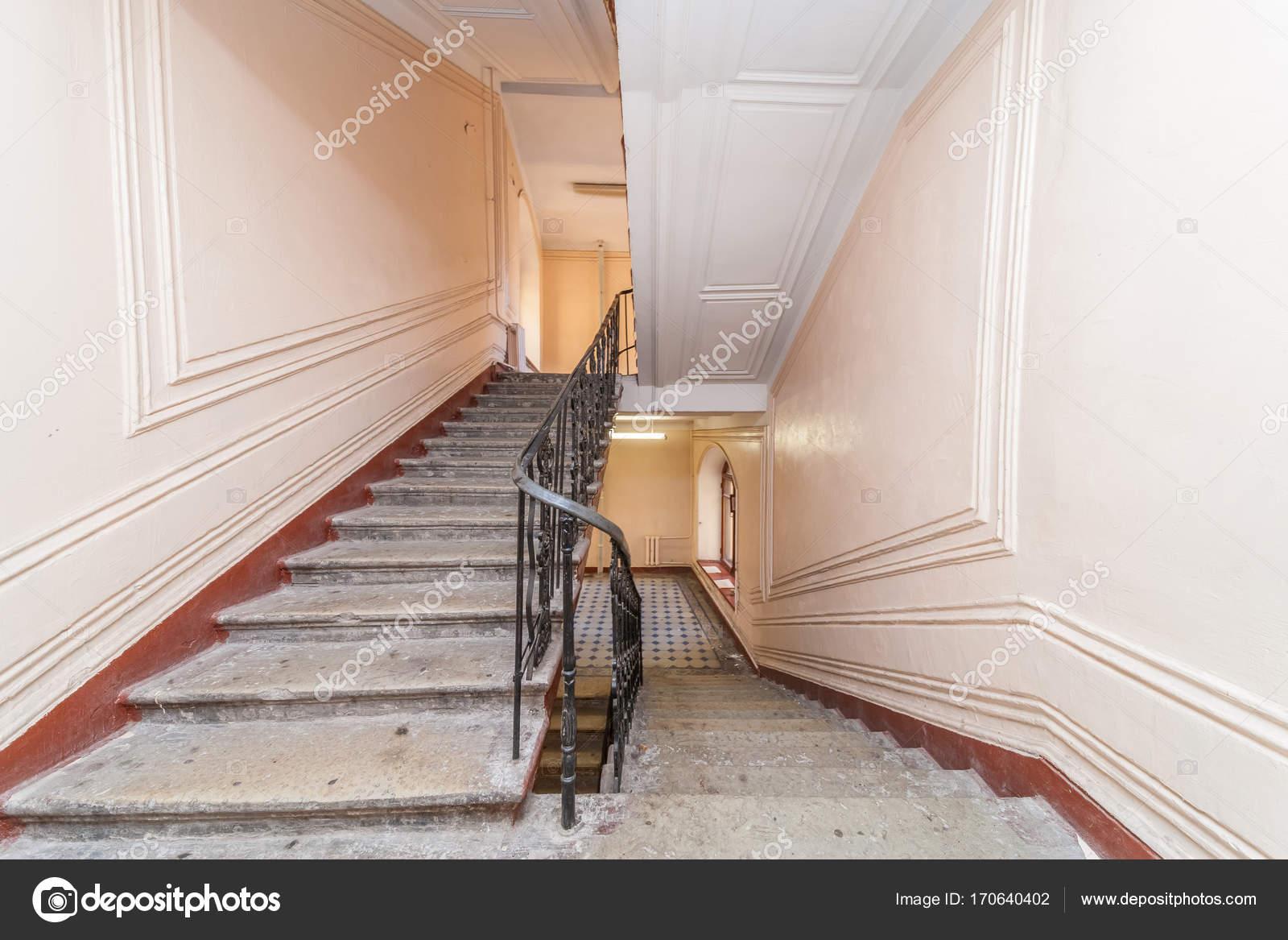 Treppenhaus mehrfamilienhaus  Mehrfamilienhaus Treppenhaus — Stockfoto © olgasweet #170640402