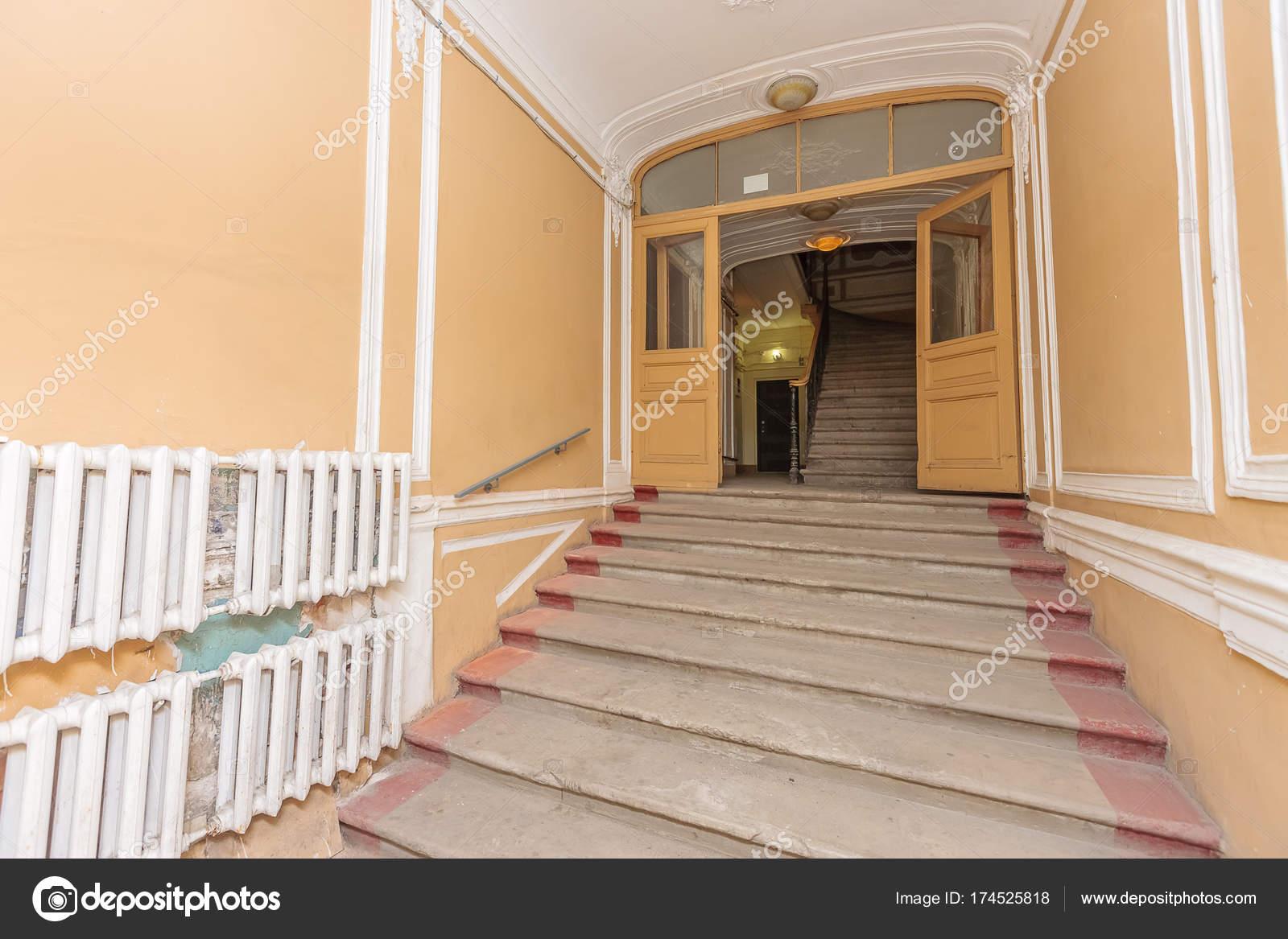 Treppenhaus mehrfamilienhaus  Mehrfamilienhaus Treppenhaus — Stockfoto © olgasweet #174525818