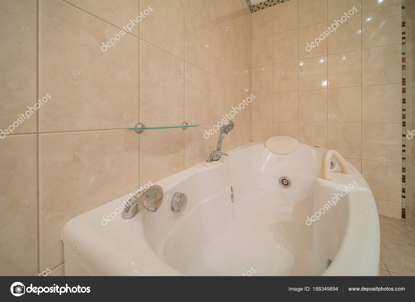 Vasca da bagno jacuzzi u foto stock olgasweet