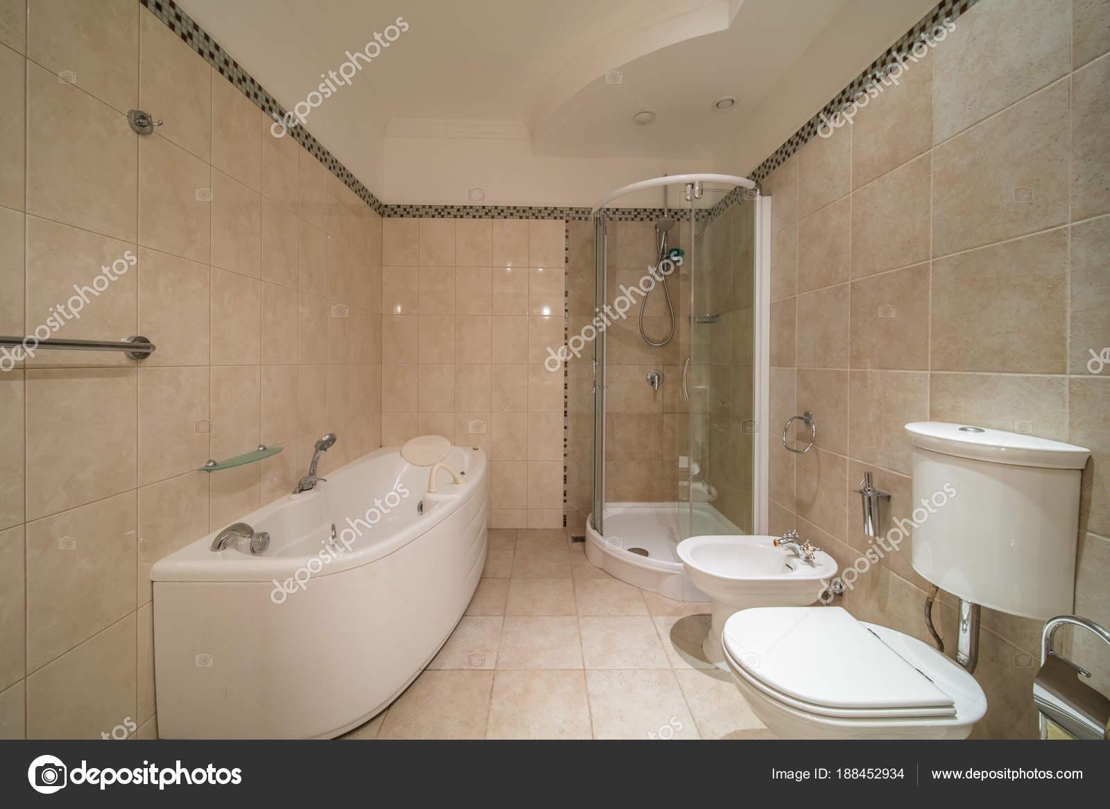 Kleine beige badkamer — Stockfoto © olgasweet #188452934