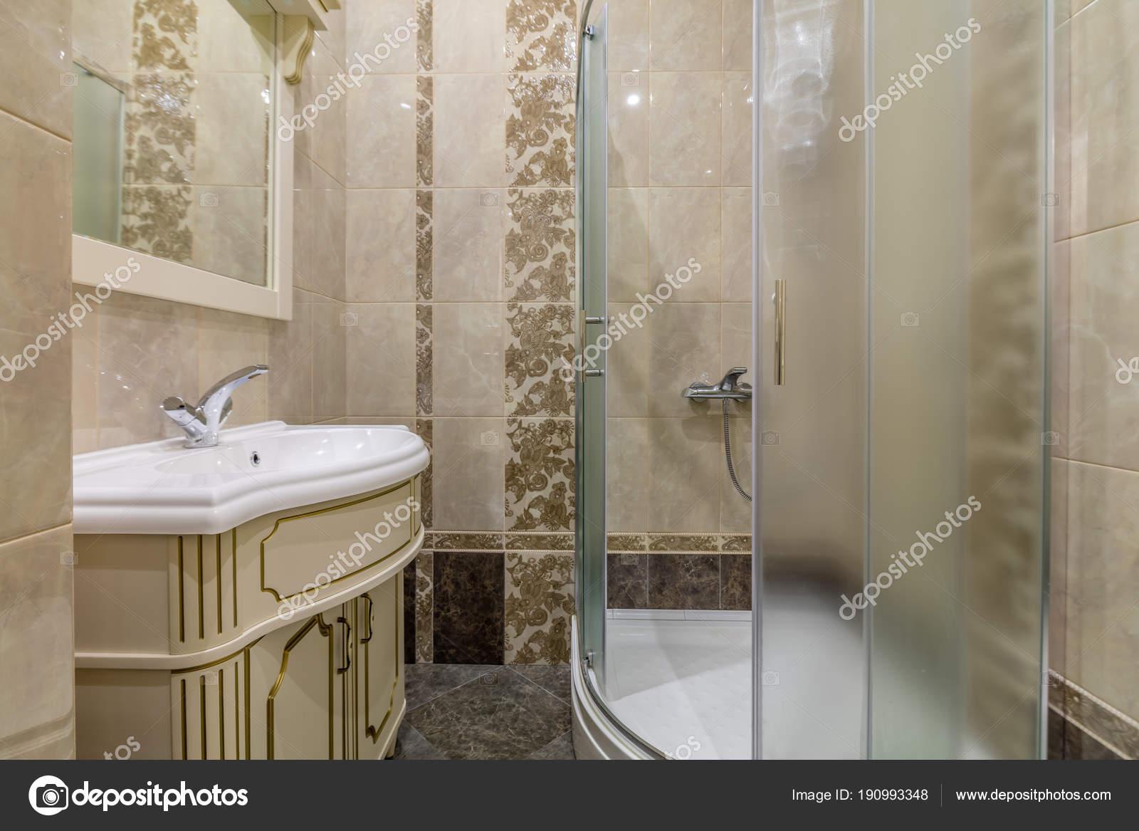 Bagno Beige Piccolo : Piastrelle beige piccolo bagno con box doccia lavandino u2014 foto stock