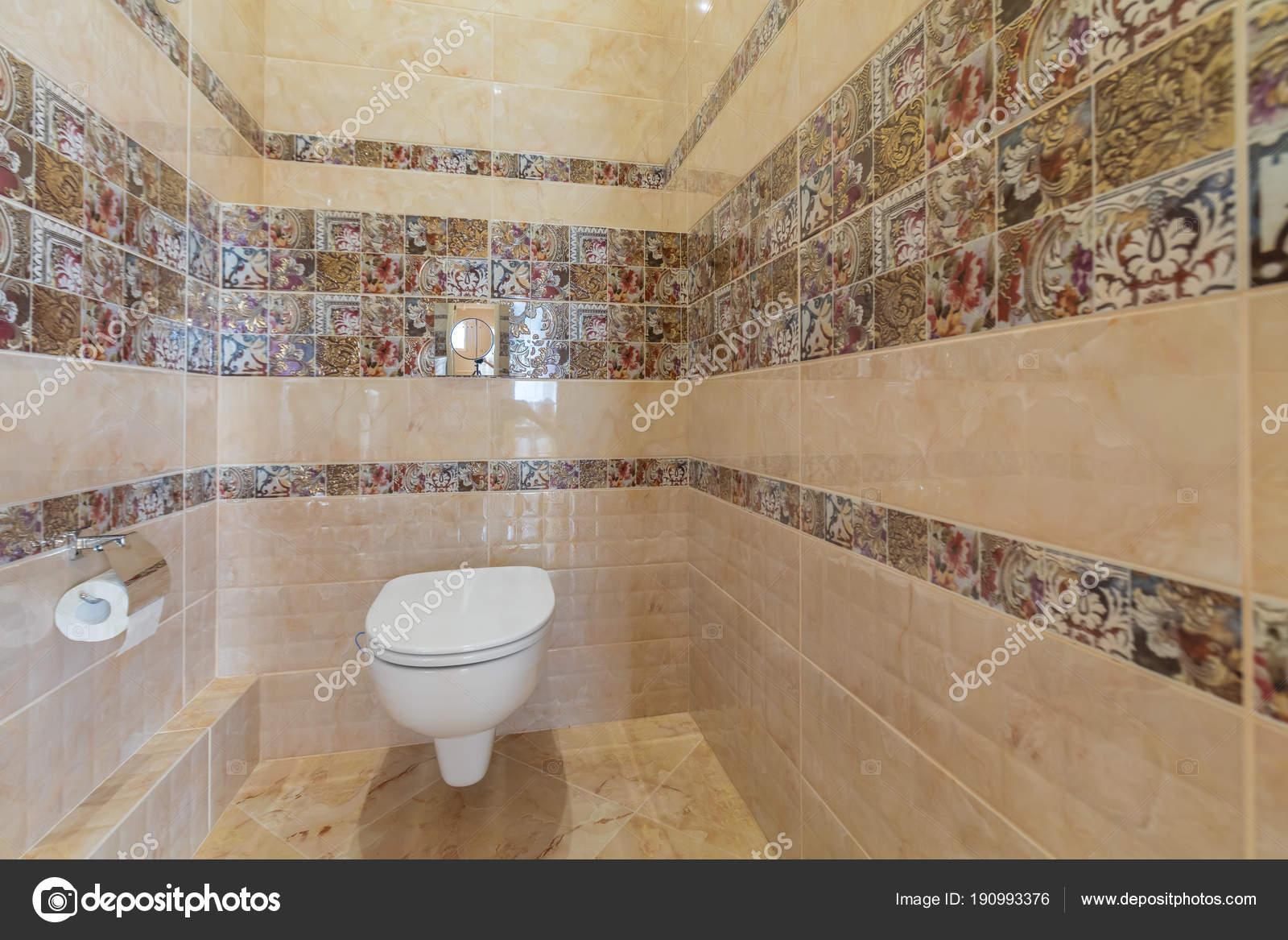 Toiletpot kamer toilet met bruine tegel decoratie u2014 stockfoto