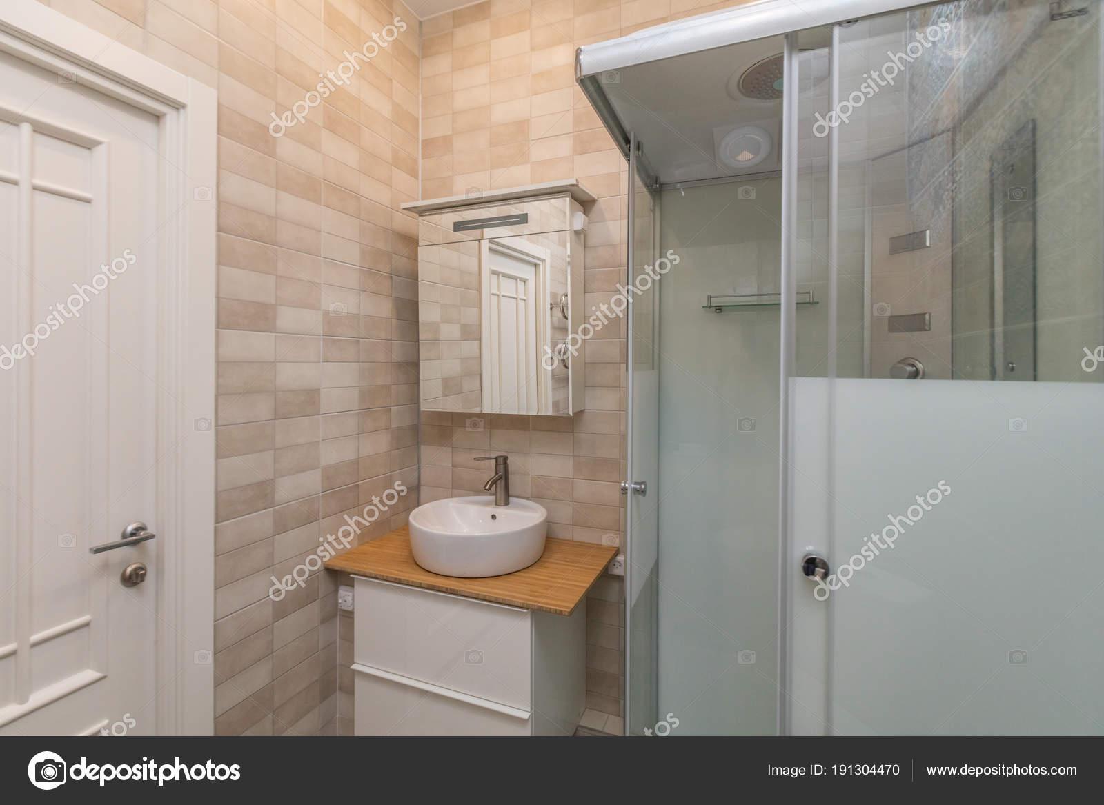Wandtegels Badkamer Beige : Kleine beige tegels badkamer met douchecabine wastafel u stockfoto