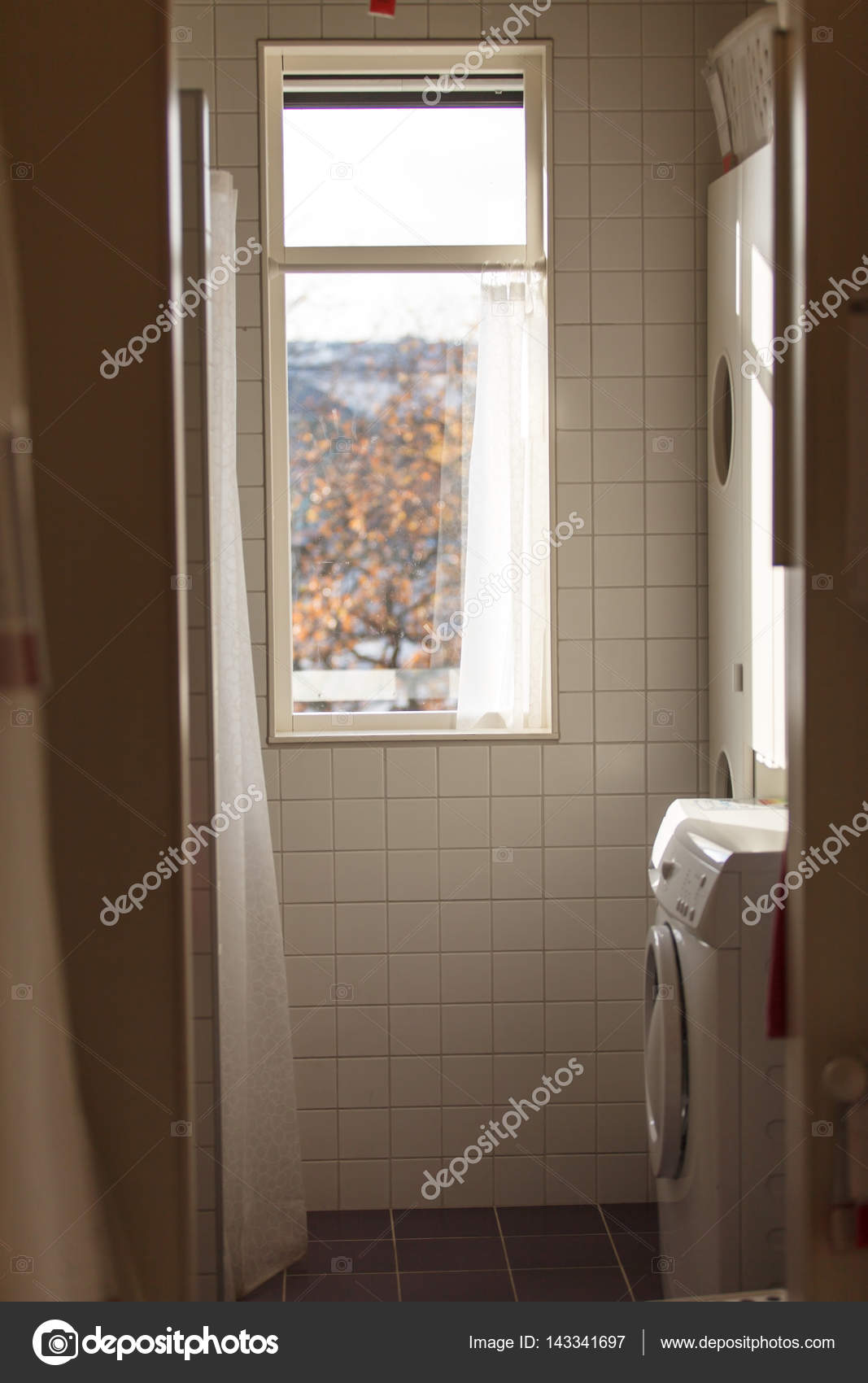 Mała łazienka Z Oknem Zdjęcie Stockowe Shebeko 143341697