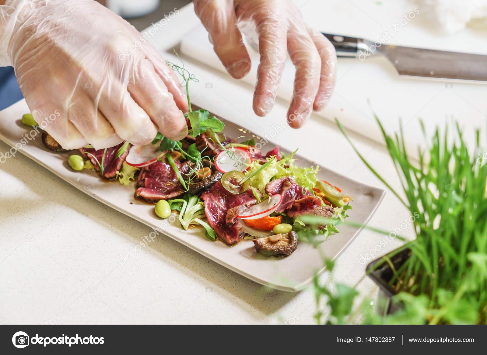 Koch machen frische Salat — Stockfoto © Shebeko #147802887