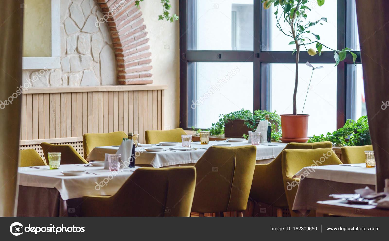 https://st3.depositphotos.com/1000336/16230/i/1600/depositphotos_162309650-stockafbeelding-interieur-van-italiaans-restaurant.jpg