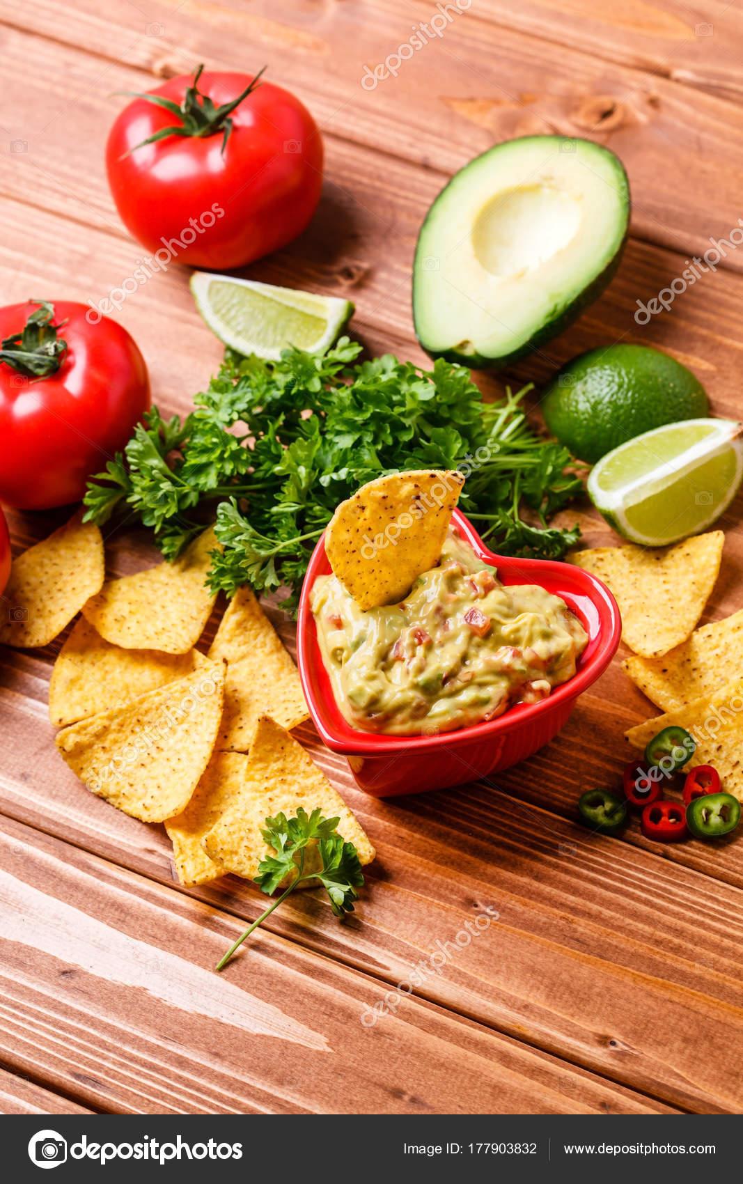 Guacamole Mit Avocado Limette Tomaten Und Koriander Stockfoto
