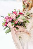 Fotografie Svatební kytice v ruce nevěsty