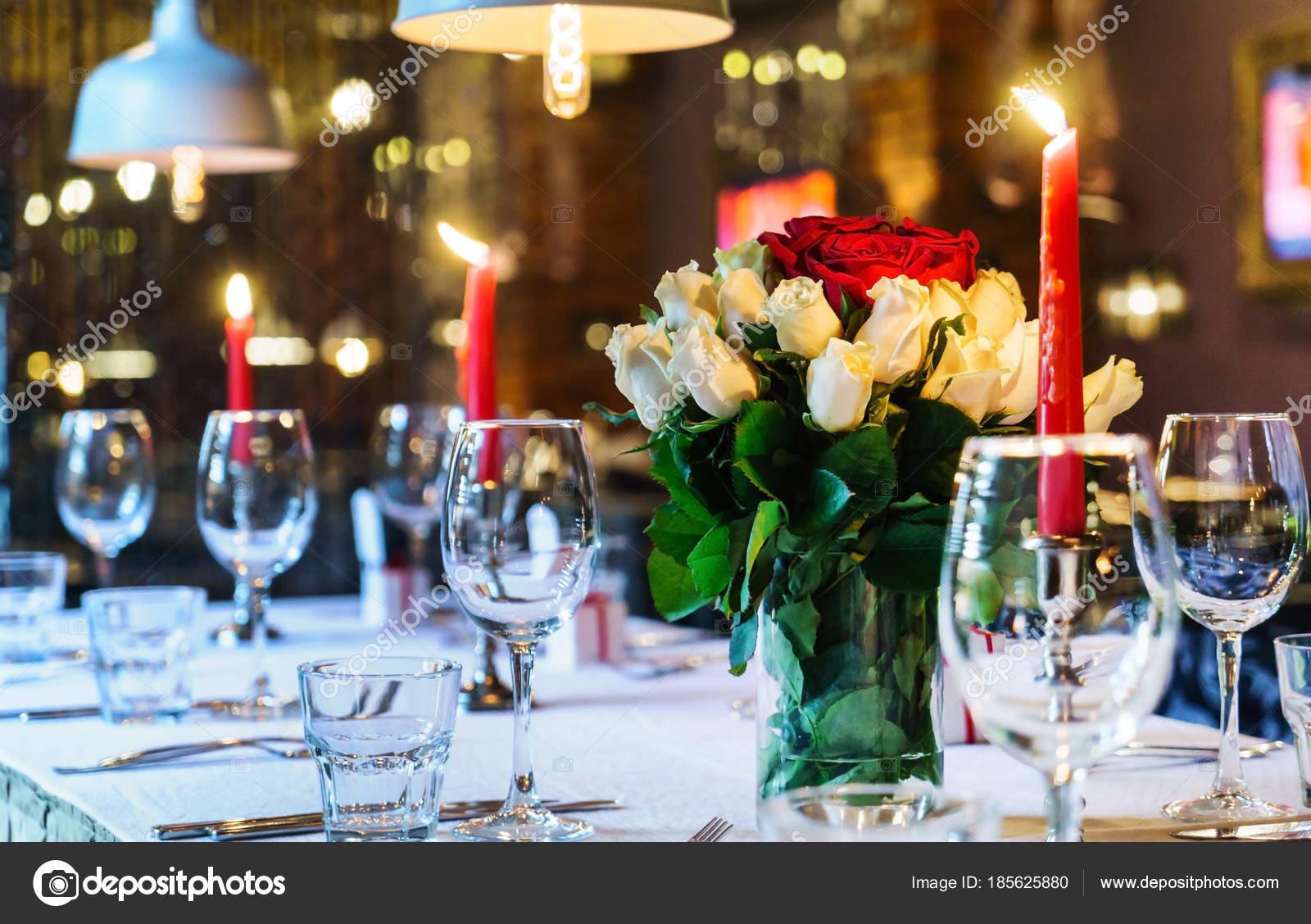 Hochzeitstisch Mit Kerzen Nahaufnahme Stockfoto C Shebeko 185625880