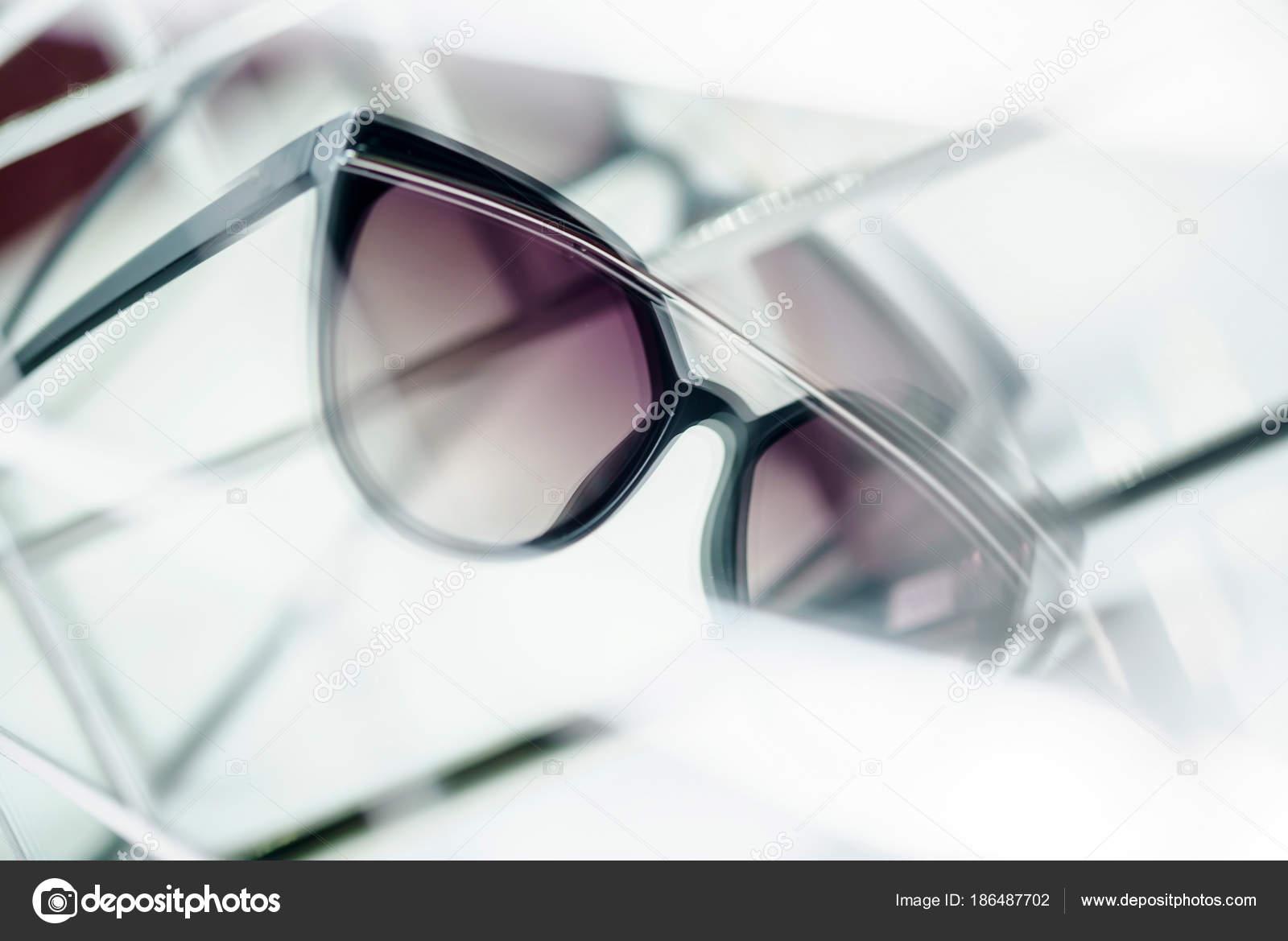 63e8f4e45 Óculos Sol Loja Para Venda Close — Stock Photo © Shebeko #186487702