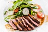Fotografie Steak mit Salat, Nahaufnahme