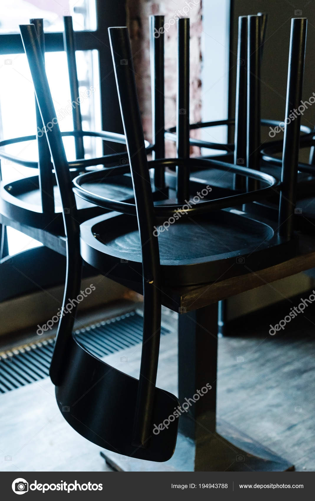 Le Sedie Vuote.Sedie Vuote Nel Bar Interni Foto Stock C Shebeko 194943788