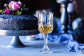Hochzeitstorte und Wein