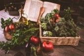 čerstvá zelenina, nádobí a kuchařka, zblízka