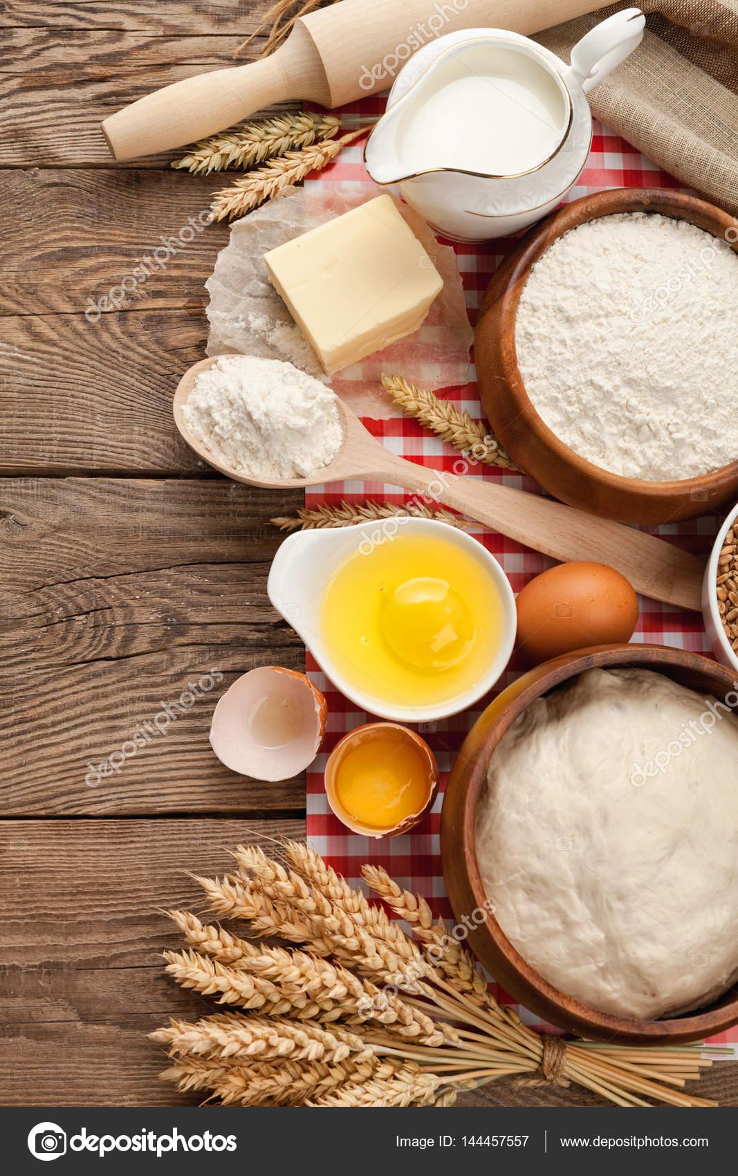 Prodotti per la cucina, natura morta con farina, latte, uova e ...