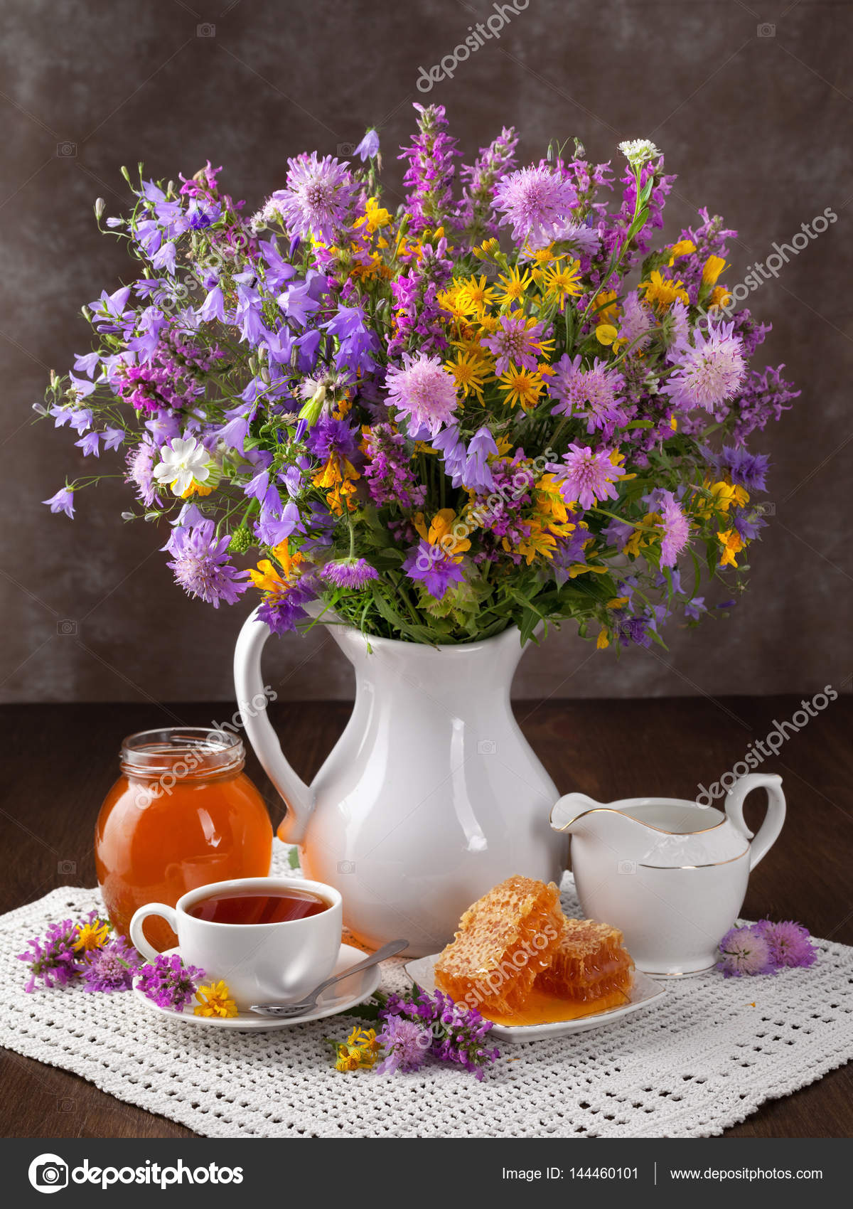 Bouquet de fleurs sauvages, le miel et thé sur l ancien Conseil– images de  stock libres de droits 796f69c9299