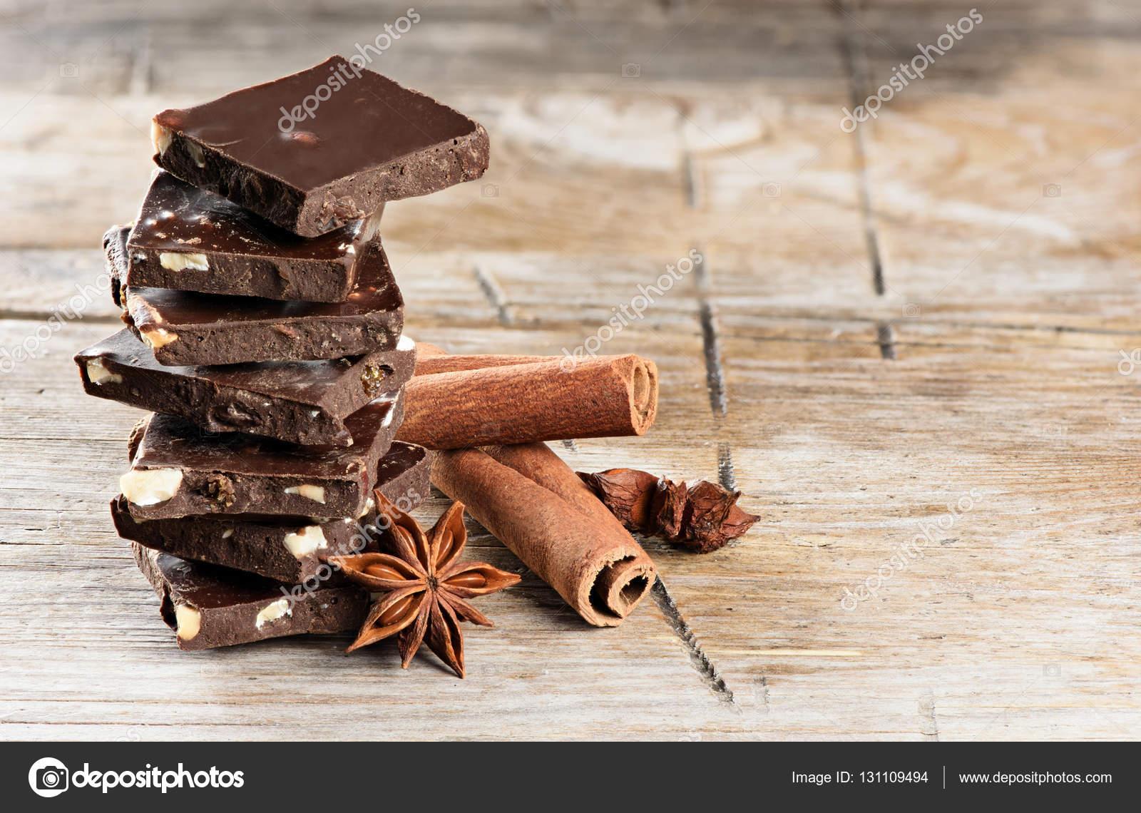 Superior Schokolade Turm Und Zimtstangen Auf Hölzernen Hintergrund U2014 Foto Von Spaxiax